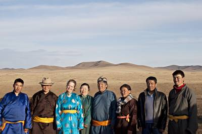 Norsk jente står sammen med vertsfamilien sin på nomadeprosjekt i Mongolia