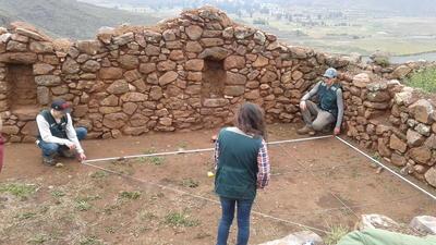 Frivillige måler opp et nytt utgravingsfelt