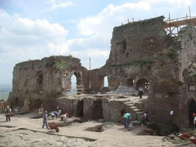 Frivillige graver fram keramikkdeler på arkeologiprosjektet i Romania