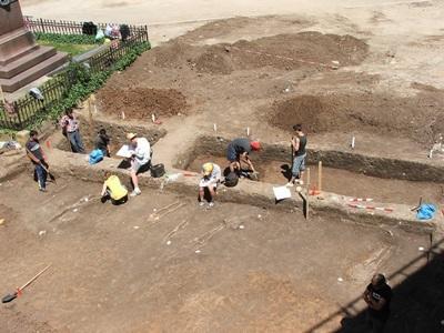 Frivillige graver på et utgravningsområde på arkeologiprosjektet i Romania