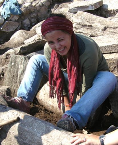 En arkeologifrivillig driver med utgravning i Romania
