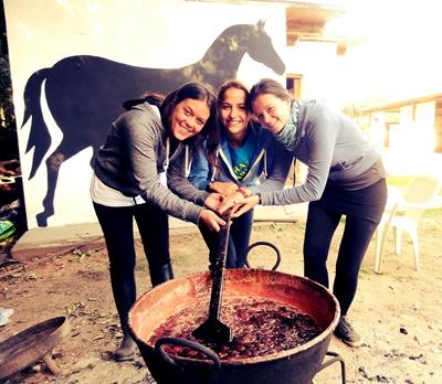 Frivillige som jobber med hester på hesteterapiprosjektet i Argentina