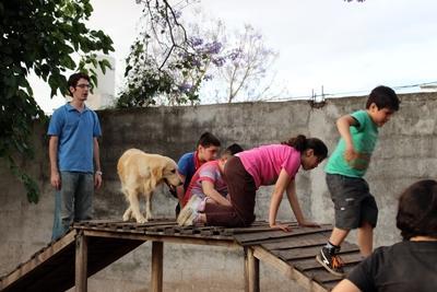 Barna er med på en rekke ulike aktiviteter på Hundeterapi i Argentina