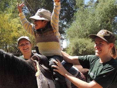 Frivillige på hesteterapiprosjektet i Bolivia der de hjelper barn med spesielle behov