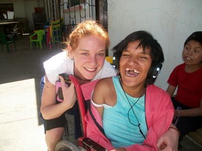 Frivillig sammen med en jente i rullestol i Bolivia