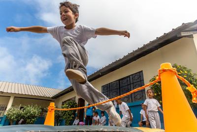 Gutt hopper over et tau på Barn & Ungdom-prosjekt i Ecuador