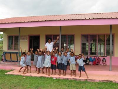 En gruppe barn og ansatte på Natalau Village Kindergarten i Fiji