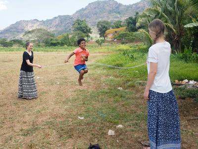 Frivillige hopper tau med barn i en barnehage på Fiji