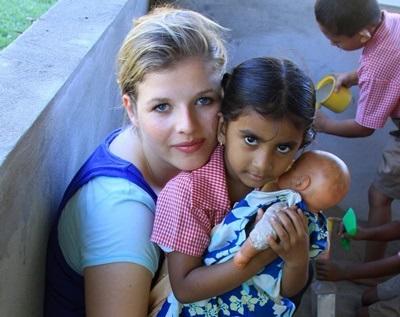 Unge jenter som sitter på fanget til frivillige på et omsorgssenter på Fiji