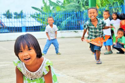 Barn leker på Barn & Ungdomsprosjektet på Filippinene