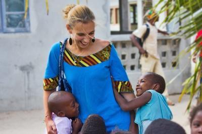 Frivillig sammen med barn på et dagsenter i Afrika