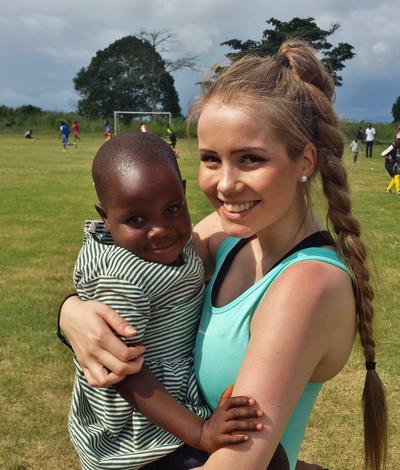 En frivillig sammen med en ung jente på barn & ungdomsprosjekt i Ghana