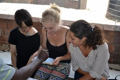 En frivillige lærer lokale om hvordan man undersøker blodprøveresultater på et medisink outreach i Ghana