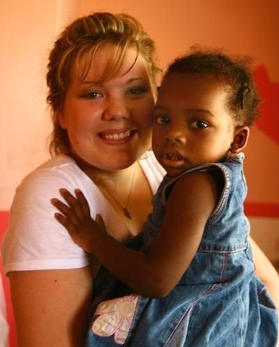 Frivillig deltar i arbeid med små barn på barnehjem på Jamaica