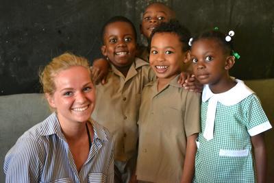 En frivillig sammen med en gruppe barn på en førskole i Jamaica