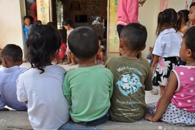 Barn leker utenfor en av Khemara-samarbeidspartnerne våre i Kambodsja