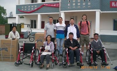 Frivillig sammen med vokne med spesielle behov på et daggsenter i Kina