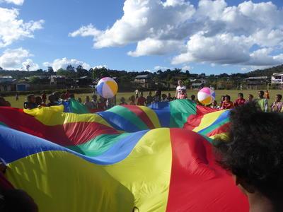 Frivillige leker med barn og ungdom på et dagsenter på Madagaskar
