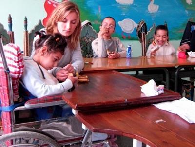 Frivillig som jobber med funksjonshemmede barn på et omsorgsenter i Peru