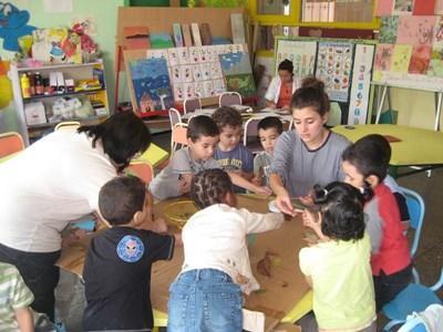 Frivillig som gjør aktiviteter med barn på omsorgsenter i Marokko