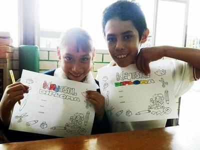 Barn med spesielle behov lager kunstverk på en frivillig plassering i Mexico