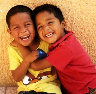 To gutter som ler sammen på en barnehage i Guadalajara, Mexico