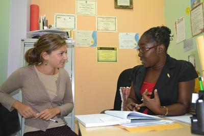 En Projects Abroad frivillig på Psykologi-prosjektet får veiledning av en kvalifisert psykolog