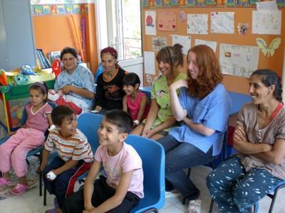 Frivillige i en time med barn og ansatte på et dagsenter på barn- og ungdomprosjektet i Romania