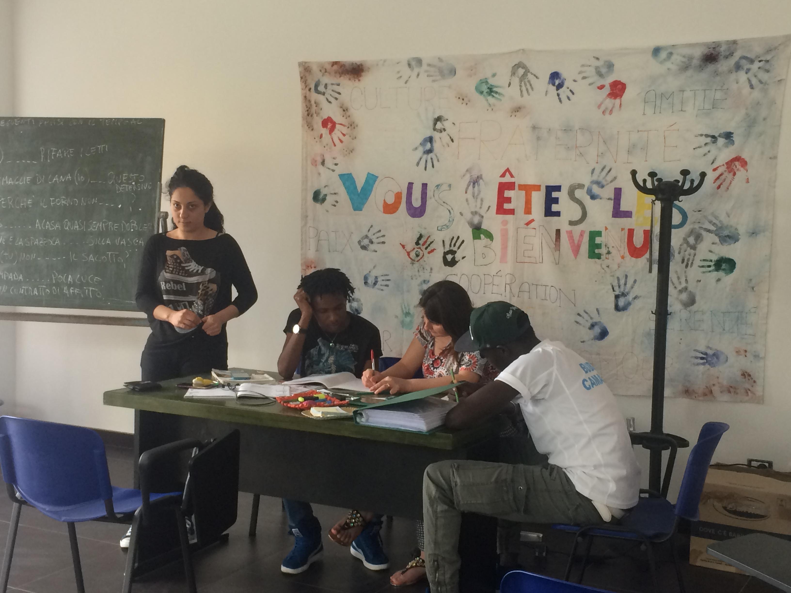 Flyktninger undervises i engelsk i et klasserom i Italia