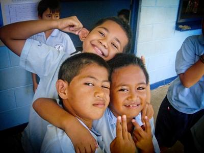 En gruppe barn blir fotografert på Stillehavsøya Samoa