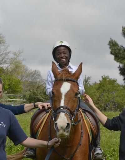 Gutt rir på hesteterapiprosjekt i Sør-Afrika