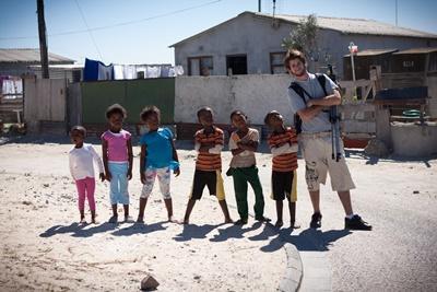 Frivillig sammen med en gruppe barn på et omsorgsenter i Sør-Afrika