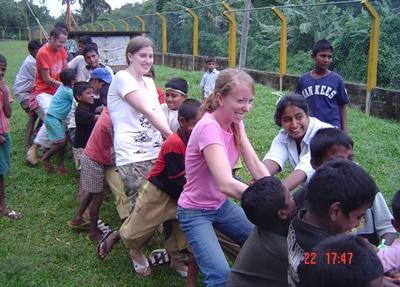 Frivillige på sportsdag for barn på et dagsenter på Sri Lanka
