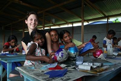 Frivillig sammen med en liten jente på et dagsenter på barn- og ungdomprosjektet på Sri Lanka