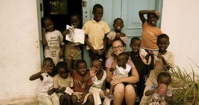 Frivillig i klasserommet sammen med barn på et dagsenter i Tanzania