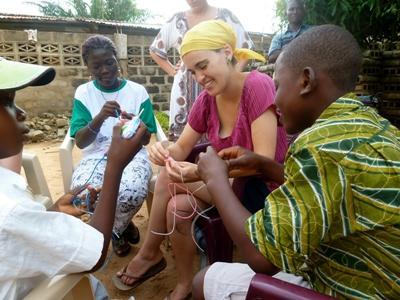 Frivillig og barn som jobber på kunstprosjekter på et dagsenter i Togo