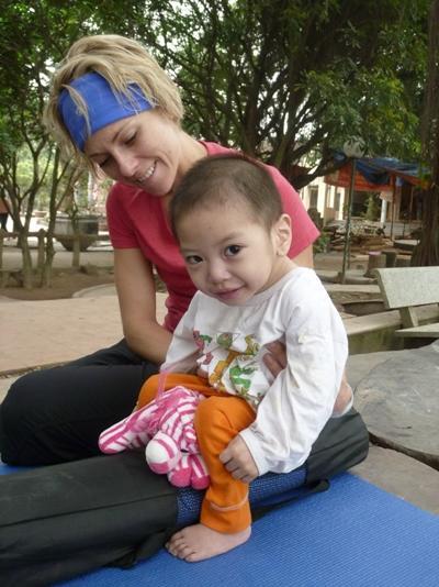 Frivillig sammen med en vietnamesisk jente på en av våre barn og ungdomsplasseringer