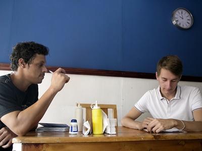 Frivillig og eier diskuterer business planer