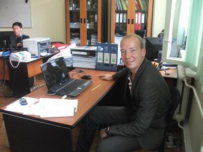 Frivillig på business internship på jobb på et kontor utenlands
