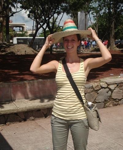 Frivillig prøver en sombrero på gaten i Mexico under sitt opphold på frivillig arbeid