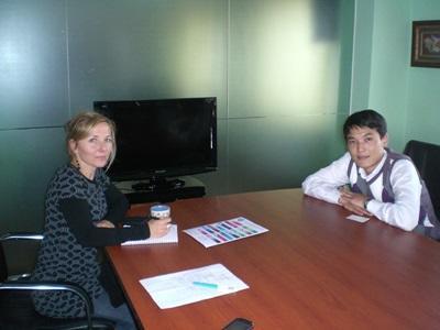 Frivillig på business internship i Mongolia får veiledning av en lokalt ansatt