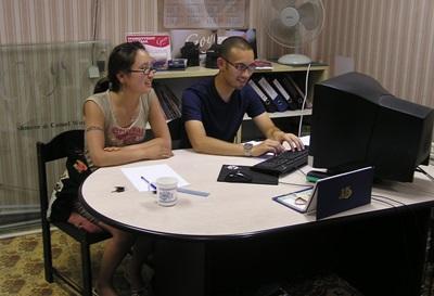 Frivillige som jobber sammen på kontoret under sitt business internship i Mongolia