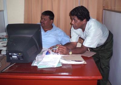To forretningsmenn på jobb på en business internship-plassering på Sri Lanka