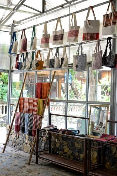Håndlagde produkter lagd av rå silke og bomull vises frem i butikken hvor Projects Abroads businessfrivillige jobber