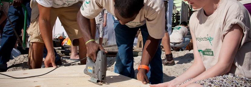 Projects Abroad-frivillige jobber flittig på Byggeprosjektet i Sør-Afrika