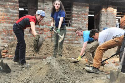 Projects Abroad-frivillige hjelper til på gjenoppbyggingsprosjektet i Nepal etter jordskjelvene.