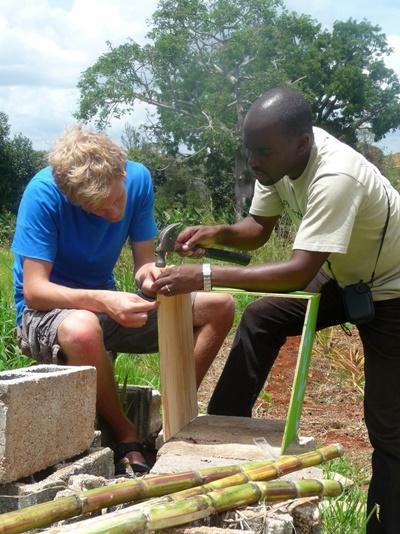 Frivillige bygger en treramme på byggeprosjektet på Jamaica med Projects Abroad