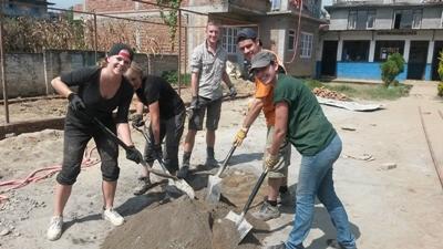 Projects Abroad-frivillige på Gjenoppbygging i Nepal bygger klasserom etter jordskjelvet i april 2015