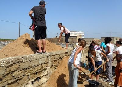 Frivillige som jobber på en byggeplass i Senegal