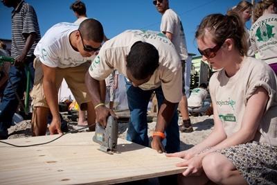 Frivillige hjelper til med å bygge en bygning i Sør-Afrika